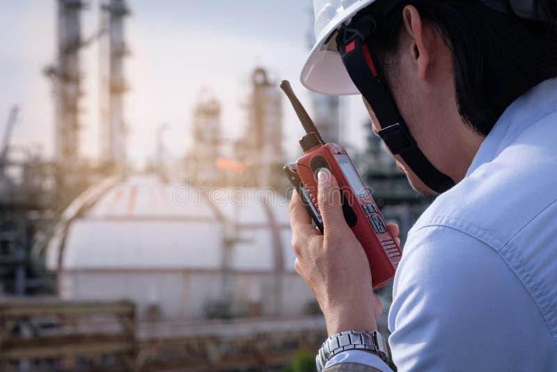 Βιομηχανικός μηχανικός που απασχολείται στον τομέα στις εγκαταστάσεις petrochem με το τ στοκ εικόνες με δικαίωμα ελεύθερης χρήσης