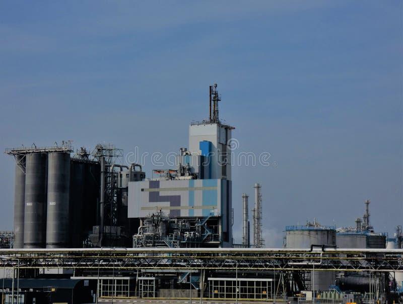 Βιομηχανικός σύνθετος κάτω από έναν μπλε ουρανό το υψηλό μεσημέρι στοκ εικόνες