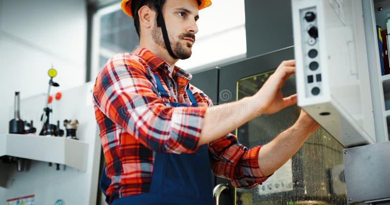 Βιομηχανικός υπάλληλος εργοστασίων που εργάζεται στη βιομηχανία κατασκευής μετάλλων στοκ φωτογραφία