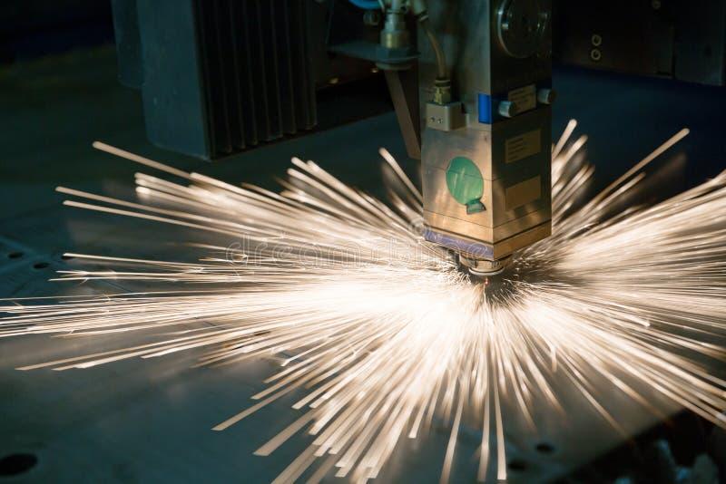 Βιομηχανικό λέιζερ που κάνει τις τρύπες στο φύλλο μετάλλων στοκ εικόνα