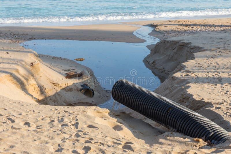 Βιομηχανικό απόβλητο ύδωρ, τα υγρά βιομηχανικά απόβλητα απαλλαγών σωληνώσεων στη θάλασσα σε μια παραλία πόλεων Βρώμικες ροές λυμά στοκ φωτογραφίες με δικαίωμα ελεύθερης χρήσης