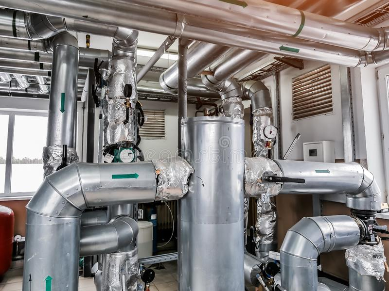 Βιομηχανικό δωμάτιο λεβήτων Συνδέοντας με καλώδιο σωλήνες Βιομηχανικό υπόβαθρο στοκ εικόνες