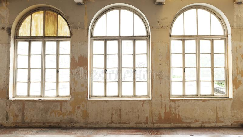 Βιομηχανικό εκλεκτής ποιότητας εσωτερικό με το φωτεινό φως που έρχεται μέσω των παραθύρων στοκ φωτογραφία με δικαίωμα ελεύθερης χρήσης