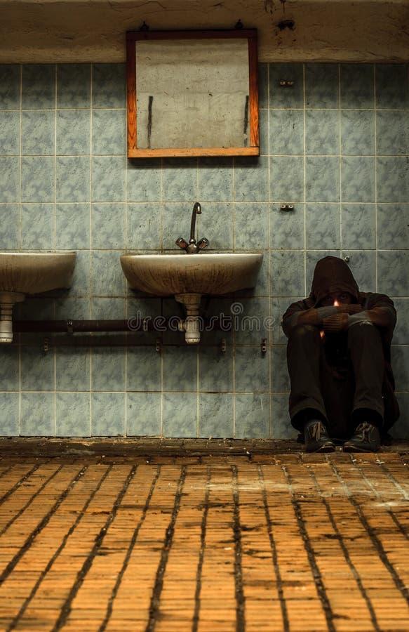 Βιομηχανικό εσωτερικό με ένα καταθλιπτικό άτομο στοκ εικόνες