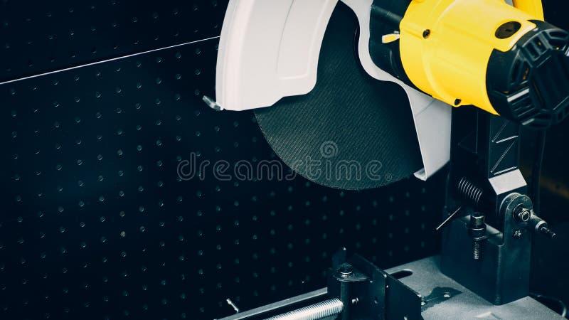 Βιομηχανικό κυκλικό πριόνι εξοπλισμού εφαρμοσμένης μηχανικής στοκ εικόνες