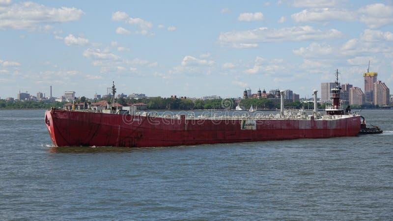 Βιομηχανικό σκάφος στον ποταμό στοκ φωτογραφίες