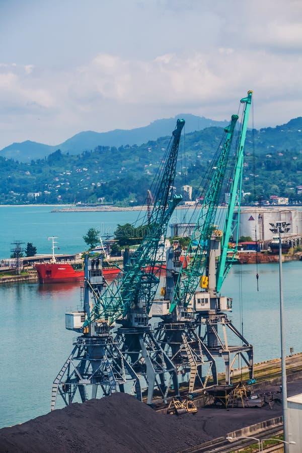 Βιομηχανικό σκάφος στο λιμένα Batumi στο σούρουπο Γεωργία στοκ εικόνα