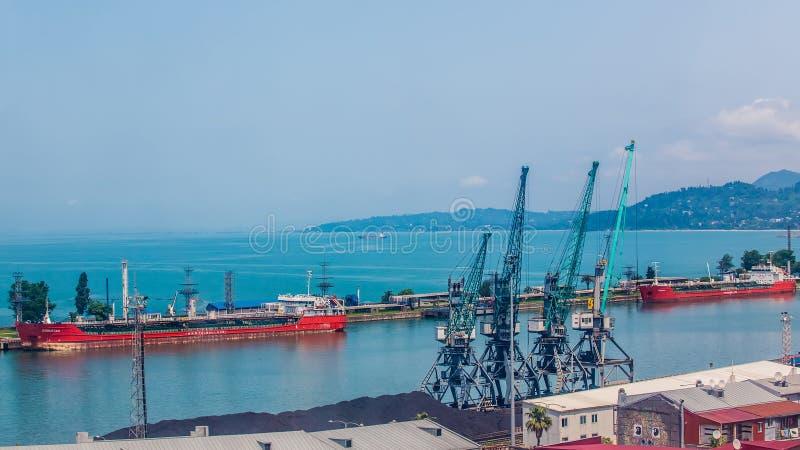 Βιομηχανικό σκάφος στο λιμένα Batumi στο σούρουπο Γεωργία στοκ φωτογραφία με δικαίωμα ελεύθερης χρήσης