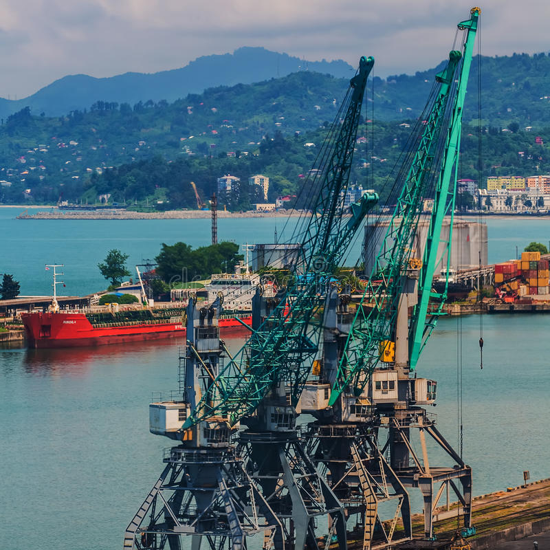 Βιομηχανικό σκάφος στο λιμένα Batumi στο σούρουπο Γεωργία στοκ εικόνες