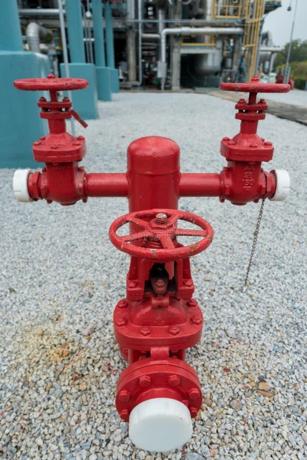 Βιομηχανικό στόμιο υδροληψίας στο πάτωμα αμμοχάλικου στοκ εικόνες με δικαίωμα ελεύθερης χρήσης