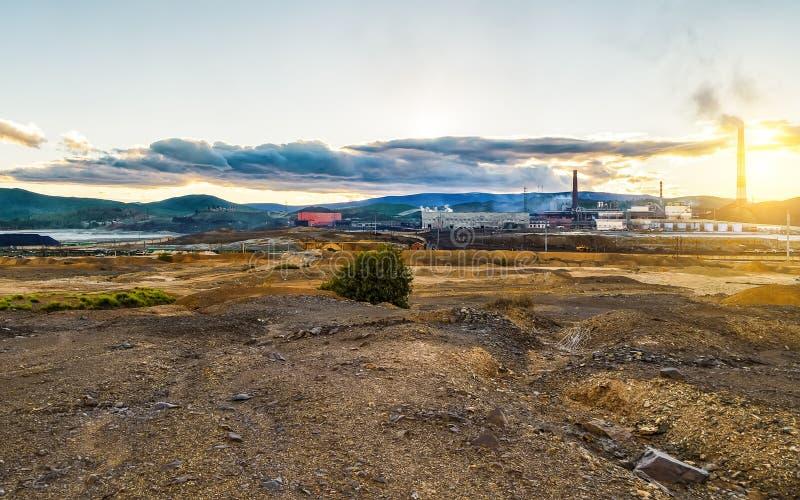 Βιομηχανικό τοπίο των εγκαταλειμμένων σωρών καπνού και των εγκαταστάσεων αφαίρεσης αποβλήτων r στοκ εικόνες