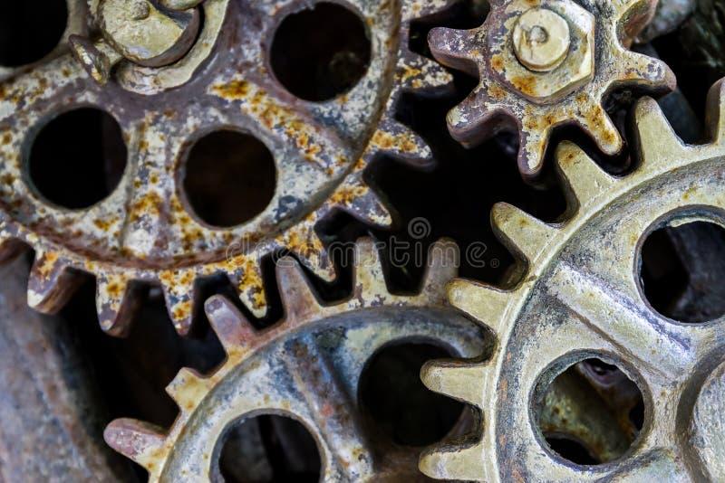 Βιομηχανικό υπόβαθρο με τα παλαιές σκουριασμένες εργαλεία και τις ρόδες στοκ εικόνες
