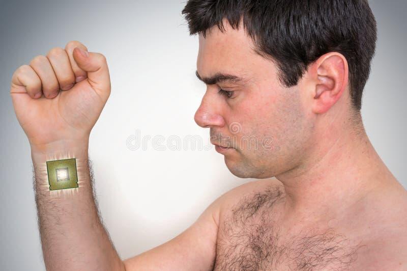 Βιονικός επεξεργαστής μικροτσίπ μέσα στο αρσενικό ανθρώπινο σώμα στοκ εικόνες