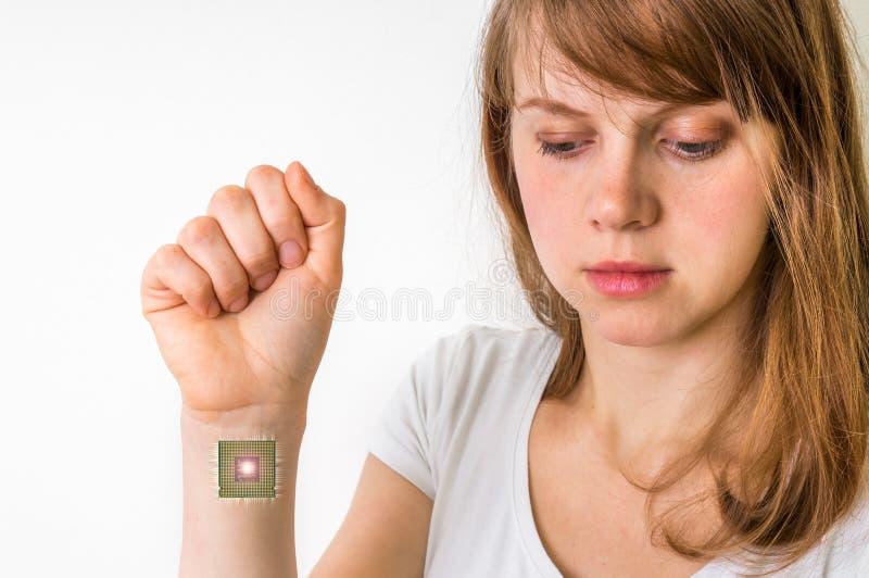 Βιονικό τσιπ μέσα στο ανθρώπινο σώμα - έννοια κυβερνητικής στοκ εικόνες με δικαίωμα ελεύθερης χρήσης