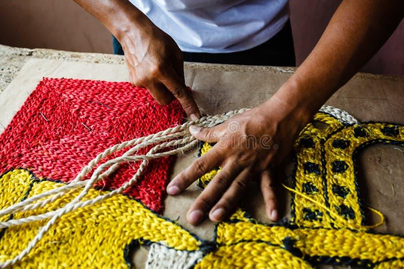 βιοτέχνης που κατασκευάζει τον τάπητα κουβερτών σχοινιών στοκ εικόνα
