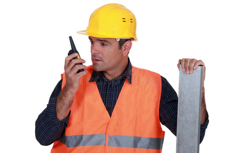 Βιοτέχνης που χρησιμοποιεί walkie-talkie στοκ εικόνα με δικαίωμα ελεύθερης χρήσης