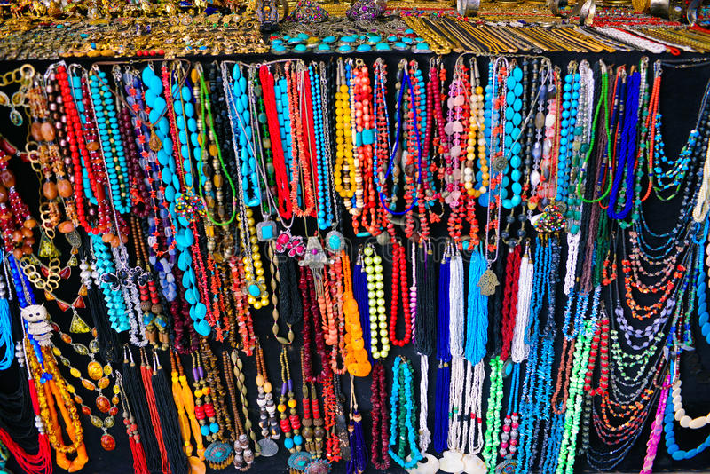 Βιοτεχνία, ζωηρόχρωμες περιδέραια και αλυσίδες, εν λόγω Bou αγορά Sidi στοκ φωτογραφίες