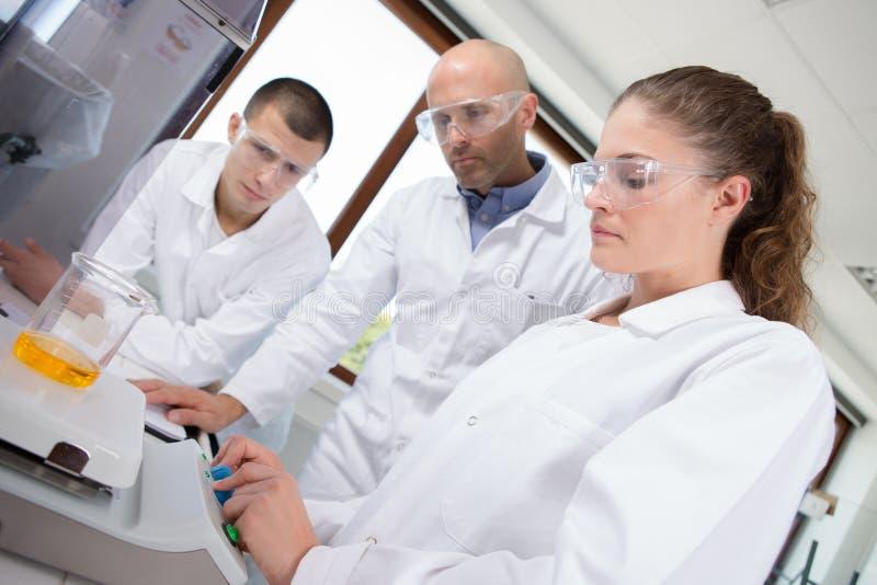 Βιοϊατρικοί τεχνικοί στο εργαστήριο στοκ φωτογραφία