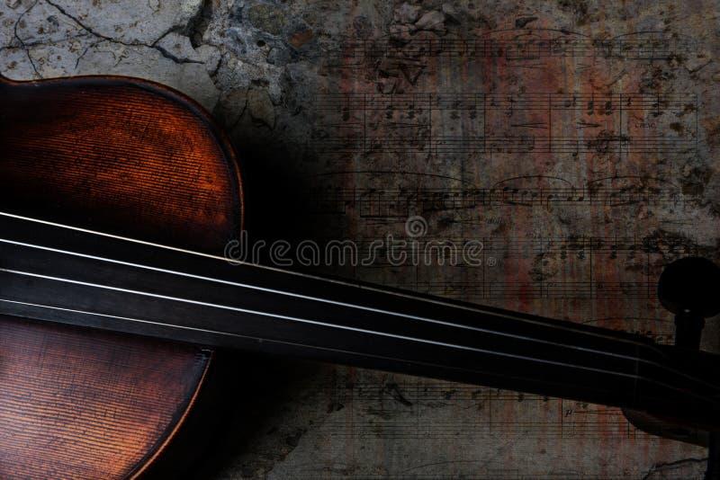 Βιολί με το υπόβαθρο μουσικής φύλλων ενάντια στο τσιμέντο grunge στοκ φωτογραφίες με δικαίωμα ελεύθερης χρήσης