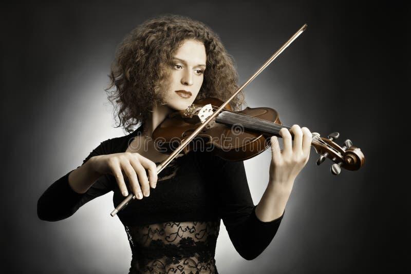 Βιολί παιχνιδιού μουσικών γυναικών στοκ εικόνες