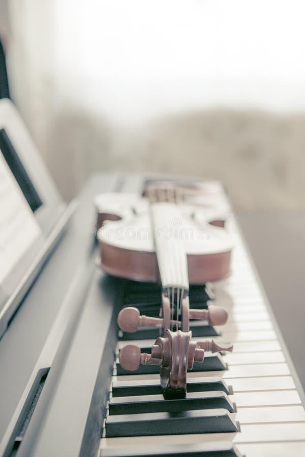 Βιολί στο πιάνο, τόνος σεπιών στοκ εικόνες με δικαίωμα ελεύθερης χρήσης