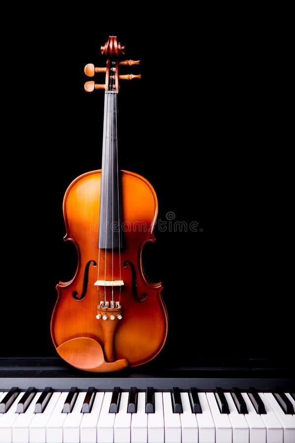 Βιολί στο πιάνο στοκ εικόνες με δικαίωμα ελεύθερης χρήσης