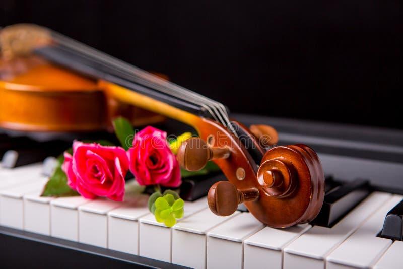 Βιολί στο πιάνο στοκ εικόνες