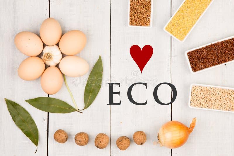 Βιο δημητριακά στα κύπελλα - αγάπη Eco, grits καλαμποκιού, καφετί φαγόπυρο, κόκκινο ρύζι, κριθάρι μαργαριταριών, αυγά, φύλλο κειμ στοκ εικόνες με δικαίωμα ελεύθερης χρήσης