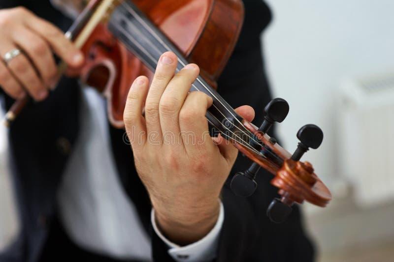 Βιολιστής ατόμων που παίζει το κλασσικό βιολί στοκ εικόνες με δικαίωμα ελεύθερης χρήσης