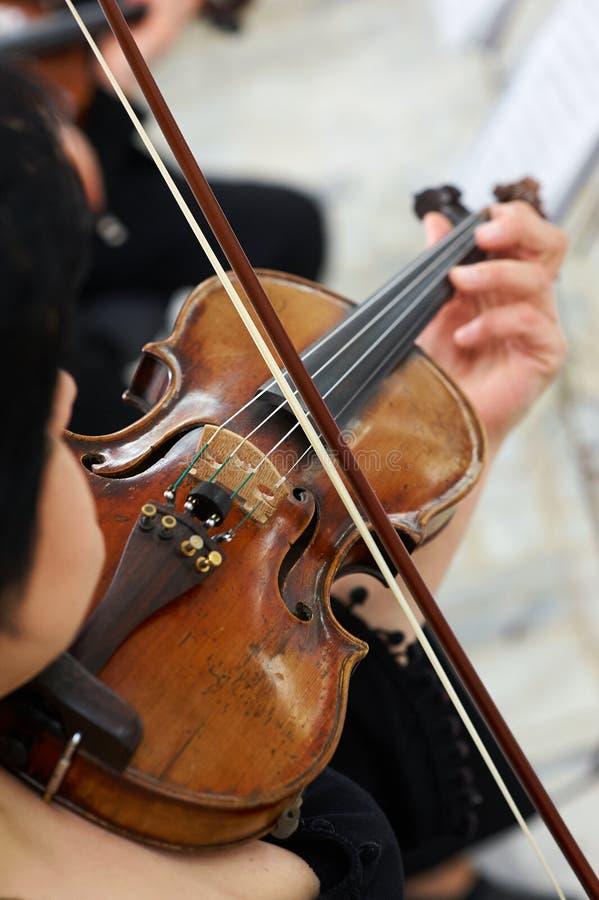 Βιολιστής γυναικών που παίζει το κλασσικό βιολί στοκ εικόνες με δικαίωμα ελεύθερης χρήσης