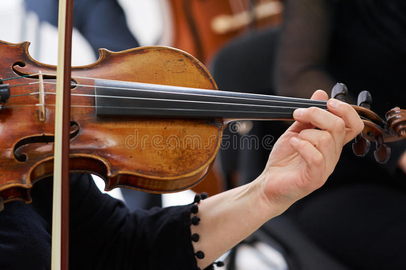 Βιολιστής γυναικών που παίζει το κλασσικό βιολί στοκ εικόνες