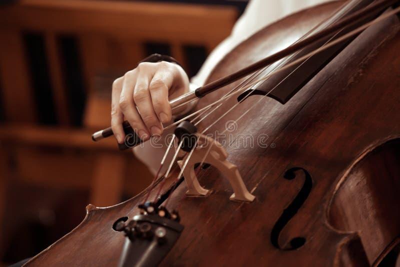 Βιολοντσέλο παιχνιδιού κοριτσιών χεριών στοκ εικόνα με δικαίωμα ελεύθερης χρήσης