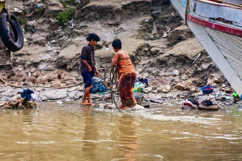 Βιρμανίδες γυναίκες που λούζουν στον ποταμό Irrawaddy κοντά στο Mandalay, το Μιανμάρ στοκ εικόνες