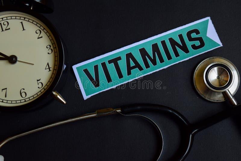 Βιταμίνες σε χαρτί τυπωμένων υλών με την έμπνευση έννοιας υγειονομικής περίθαλψης ξυπνητήρι, μαύρο στηθοσκόπιο στοκ εικόνες