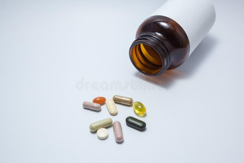 Βιταμίνη μιγμάτων στο άσπρο υπόβαθρο στοκ φωτογραφία