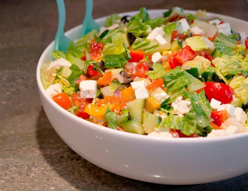 Βιταμίνη-πλούσια σαλάτα των τεμαχισμένων φύλλων και των λαχανικών με το τυρί φ στοκ φωτογραφία με δικαίωμα ελεύθερης χρήσης