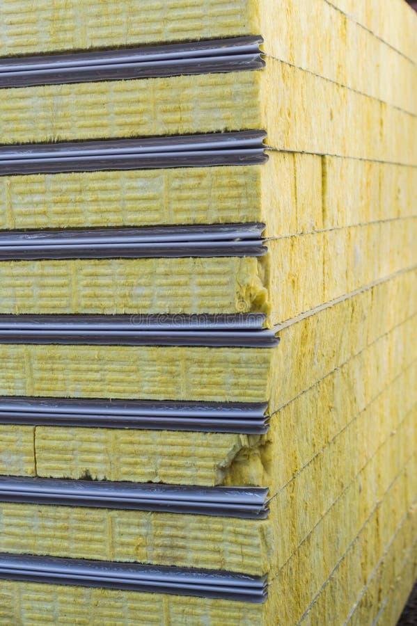 Βιώσιμος επιτροπής σάντουιτς συσκευασίας που μονώνεται Υλικό ινών για το κτήριο τοίχων στοκ φωτογραφία με δικαίωμα ελεύθερης χρήσης