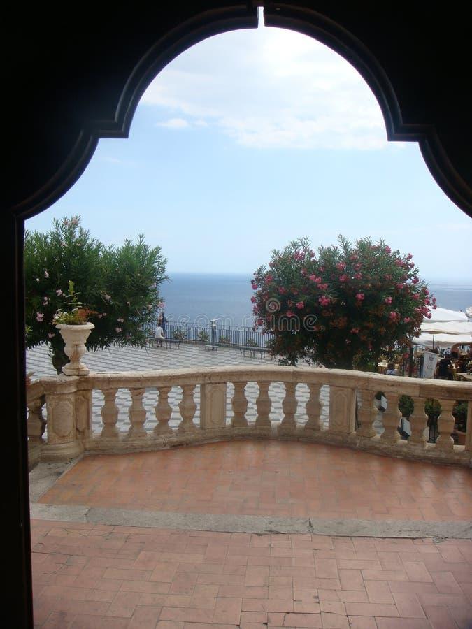 Βλέποντας από μια ανοιχτή πόρτα δύο πεζουλιών στη θάλασσα σε Taormina στη Σικελία Ιταλία στοκ φωτογραφία με δικαίωμα ελεύθερης χρήσης