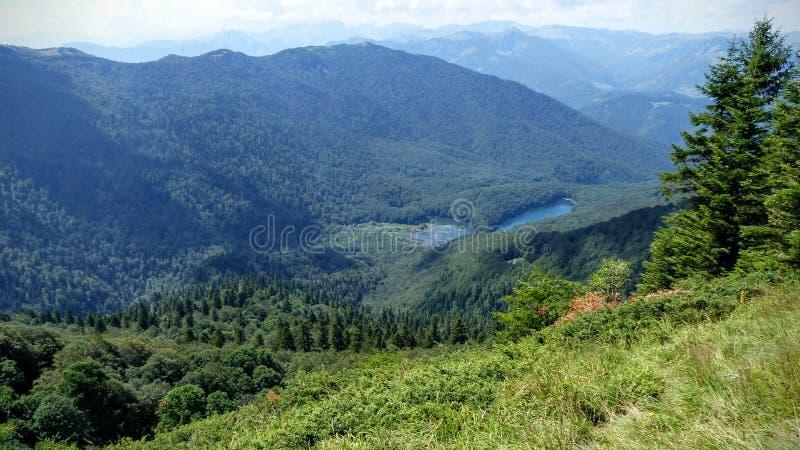 Βλέποντας από τον ψηλό από δύο μικρές λίμνες του βουνού προέκυψε στα δάση ενός φυσικού πάρκου του Μαυροβουνίου στοκ εικόνες