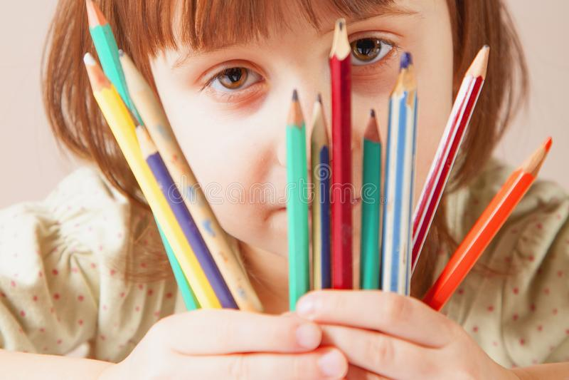 Βλέπω τον κόσμο που χρωματίζεται! Χιουμοριστική φωτογραφία του μεγάλου πορτρέτου καλλιτεχνών χαριτωμένου λίγο κορίτσι παιδιών με  στοκ φωτογραφία με δικαίωμα ελεύθερης χρήσης