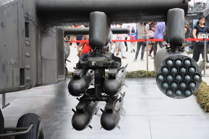 Βλήματα και πύραυλοι που τοποθετούνται σε ένα ελικόπτερο αγώνα στοκ φωτογραφία