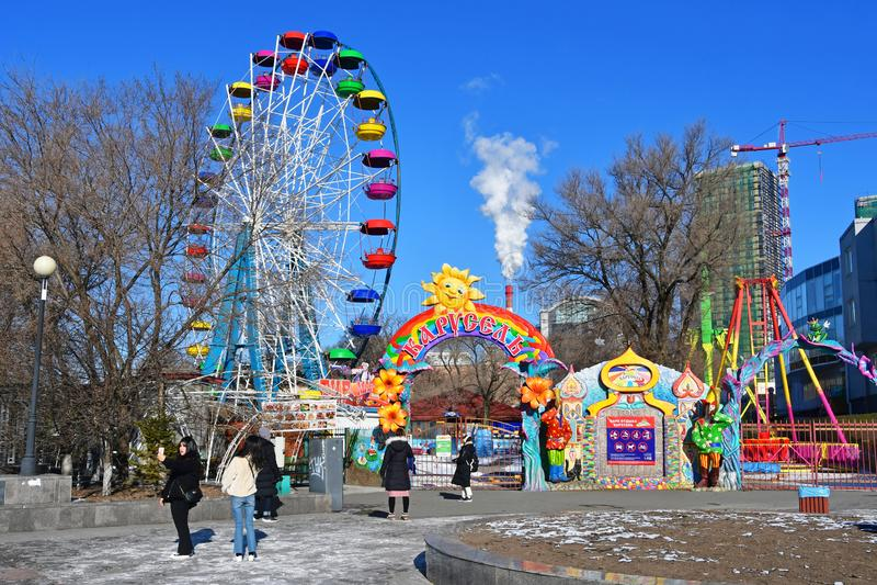 Βλαδιβοστόκ, Ρωσία, 24 Δεκεμβρίου, 2018 Οι τουρίστες που περπατούν κοντά στο Ferris κυλούν στο ανάχωμα του αθλητικού λιμανιού σε  στοκ εικόνες
