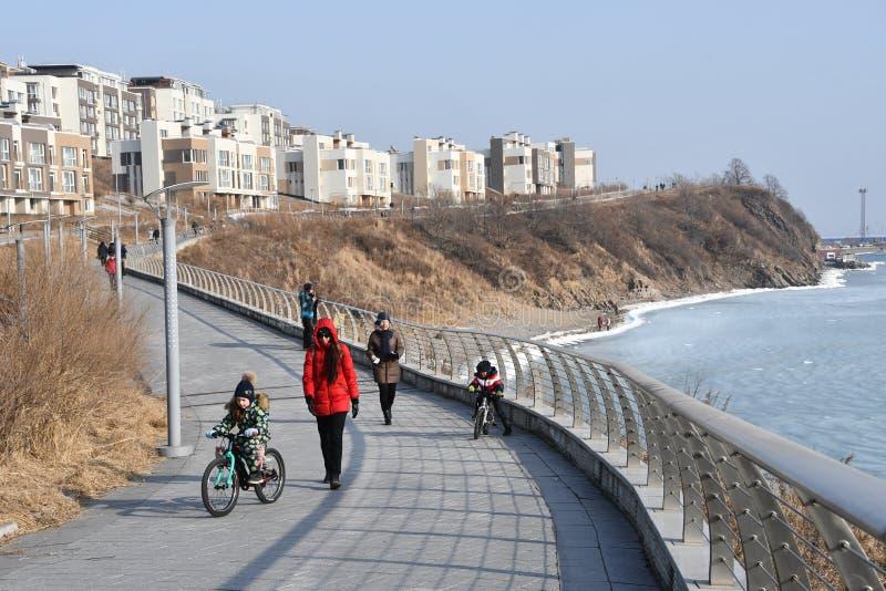Βλαδιβοστόκ, Ρωσία, 02 Φεβρουαρίου, 02, 2019 Γονέας με τα παιδιά που περπατούν κατά μήκος του περιπάτου στον κόλπο Patrokl το χει στοκ φωτογραφία με δικαίωμα ελεύθερης χρήσης