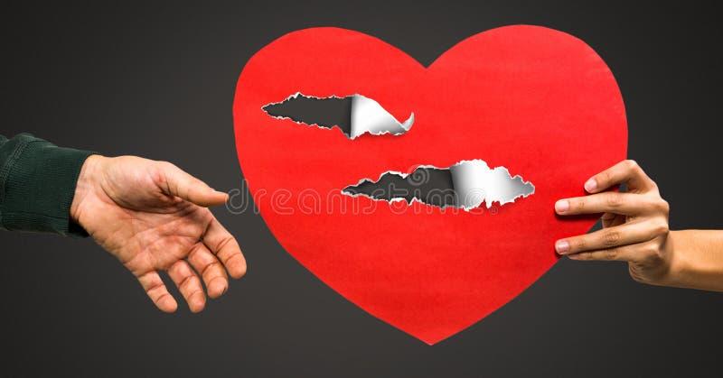Βλαμμένη καρδιά αγάπης ζεύγους εκμετάλλευση με το σχισμένο έγγραφο στοκ φωτογραφίες με δικαίωμα ελεύθερης χρήσης