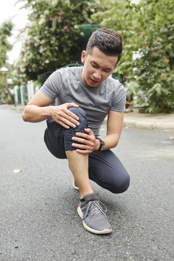 Βλαμμένο αθλητικός τύπος γόνατο στοκ φωτογραφίες με δικαίωμα ελεύθερης χρήσης