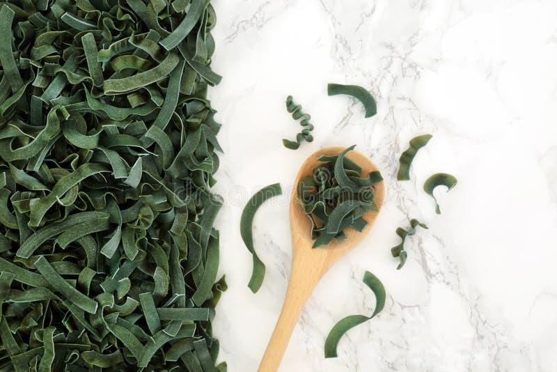 Βλαστημένα συλλαβισμένα ζυμαρικά Spirulina Tagliatelle στοκ φωτογραφίες