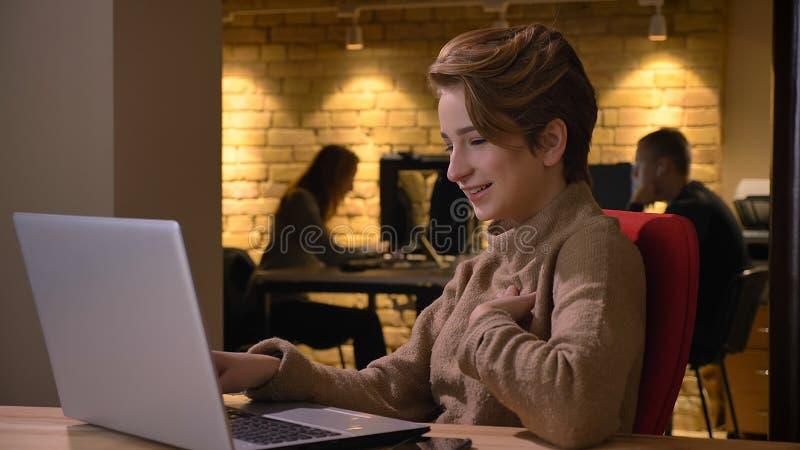 Βλαστός κινηματογραφήσεων σε πρώτο πλάνο της νέας ελκυστικής επιτυχούς δακτυλογράφησης επιχειρηματιών στο lap-top και να πάρει συ στοκ φωτογραφία με δικαίωμα ελεύθερης χρήσης