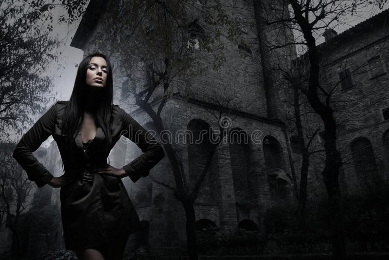 Βλαστός μόδας ενός νέου brunette στα σκοτεινά ενδύματα στοκ εικόνα με δικαίωμα ελεύθερης χρήσης
