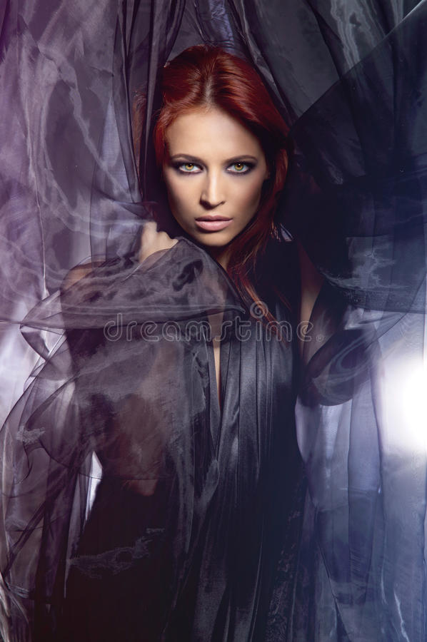 Βλαστός μόδας μιας νέας redhead καυκάσιας γυναίκας στοκ φωτογραφία με δικαίωμα ελεύθερης χρήσης