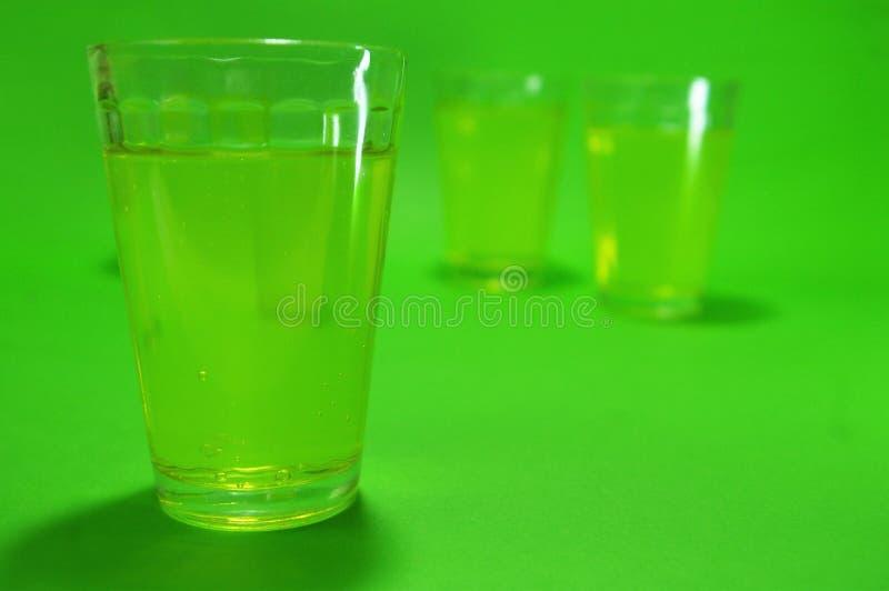 Βλαστός ποτού αψιθιάς σε ένα πράσινο υπόβαθρο στοκ φωτογραφίες